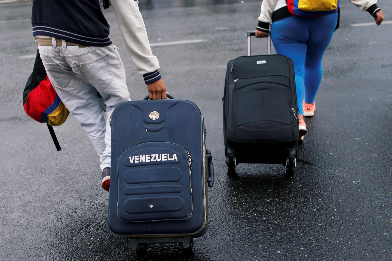 Người dân Venezuela kéo va-li đến cây cầu Rumichaca, nối biên giới Colombia và Ecuador, ngày 18/08/2018.