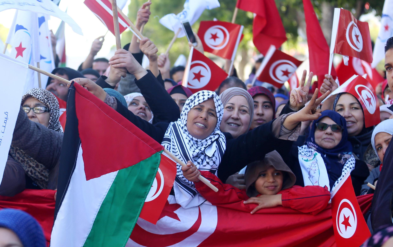Des Tunisiens célèbrent les sept ans de la fin de la dictature Ben Ali, à Tunis, le 14 janvier 2018.