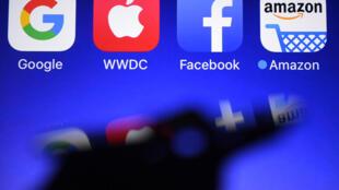 Los logos de (I a D) Google, Apple, Facebook y Amazon, gigantes de la tecnología cuyas prácticas financieras son cuestionadas por abuso de posición dominante