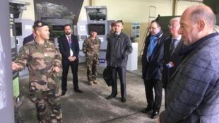 Les députés français, dont Jean-Jacques Bridey, le président de la commission de Défense (à droite), à la rencontre des hommes de l'armée de terre.