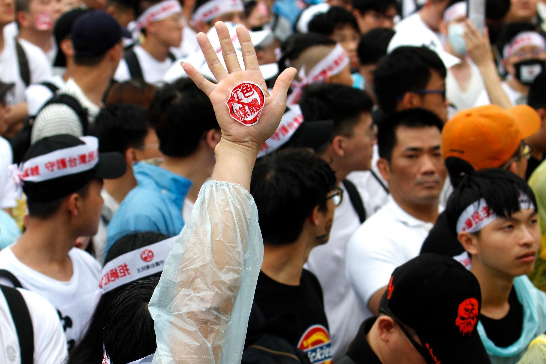 Người biểu tình Đài Loan chống truyền thông thân Trung Quốc trước Văn phòng Tổng thống ở Đài Bắc. Ảnh chụp ngày 23/06/2019.