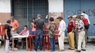 Présidentielle au Venezuela: point de contrôle où des membres du parti présidentiel (PSUV) vérifient l'effectivité du vote de ces électeurs, dimanche 20 mai 2018.