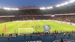 PSG celebrate after Edinson Cavani converts his penalty