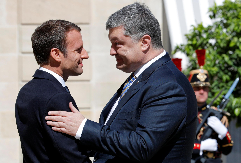Президенты Франции и Украины Эмманюэль Макрон и Петр Порошенко в Елисейском дворце в Париже, 26 июля 2017 г.