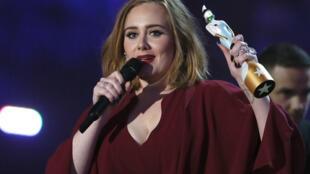 Adele recogió el premio de la mejor artista británica femenina en los Brit Awards el 24 de febrero de 2016.