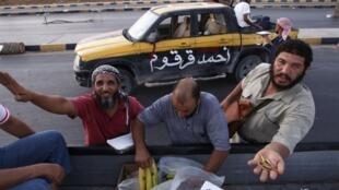 Distribuição de alimentos em Trípoli, no dia 27 de agosto de 2011