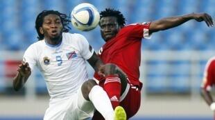 Dieudonne Mbokani (à esquerda), o homem que fez a RDC ganhar o Congo por (4-2) qualificando-se para as mais finais da CAN 2015.