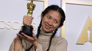 "Chloé Zhao hizo historia al triunfar como mejor directora por ""Nomadland"""