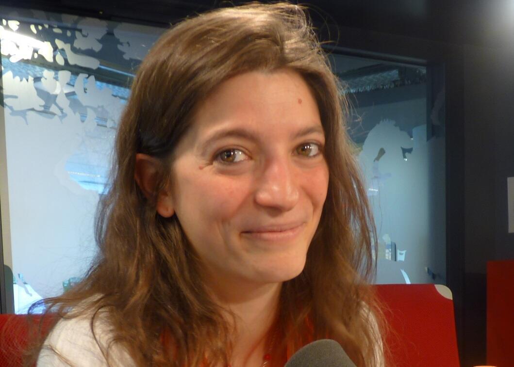 La traductora argentina Julia Azaretto en los estudios de RFI