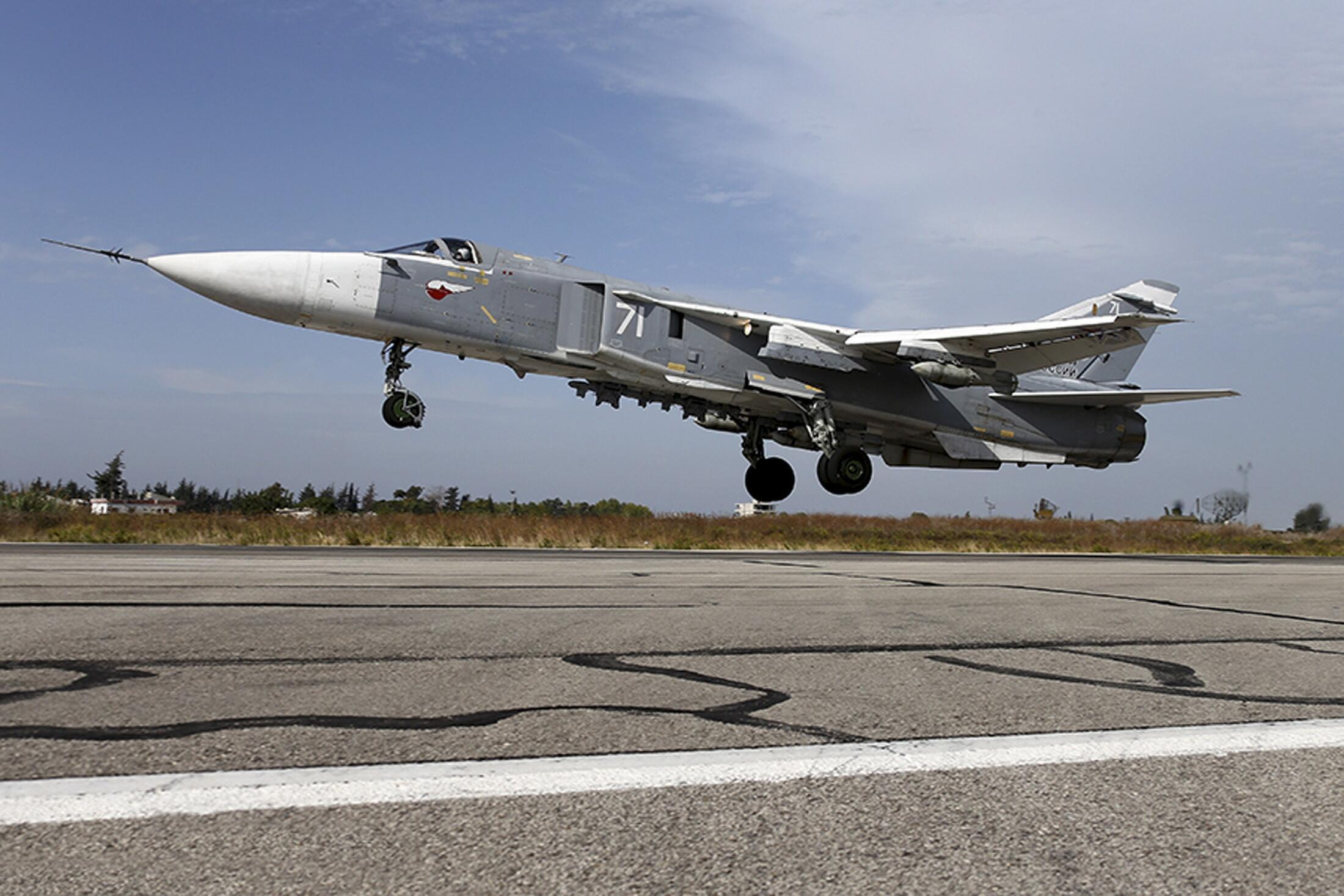 Một máy bay chiến đấu Sukhoi Su-24 cất cánh từ căn cứ không quân gần Hmeymim Latakia, Syria. Bức ảnh được Bộ Quốc phòng Nga đăng tải ngày 22/10/2015.