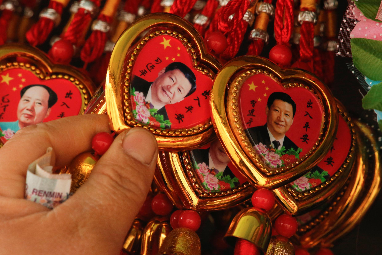 图为中国北京天安门广场纪念品售摊习近平纪念章