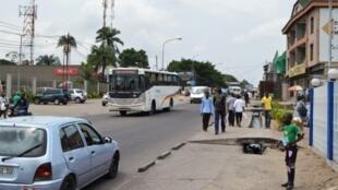 Une rue de Kinshasa. On retrouve quelques traces de la langue française dans le lingala parlé dans la rue.