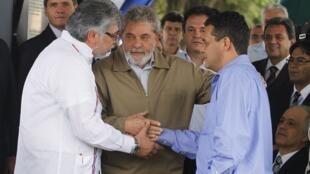 Luiz Inacio Lula da Silva, el senador Roberto Acevedo y Fernando Lugo se dan la mano, entre la ciudad brasileña de Ponta Pora y la paraguaya, Pedro Juan Caballero, 3 de mayo de 2010.