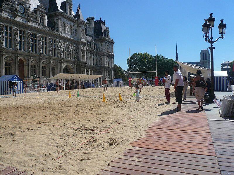Beach Rugby outside Hotel de Ville