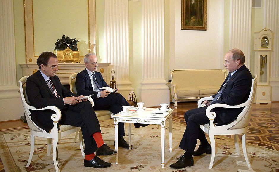 Журналист итальянского издания Corriere della Sera Паоло Валентино (слева) запомнился красными носками, в которых он пришел на интервью с Владимиром Путиным 6 июня 2015.