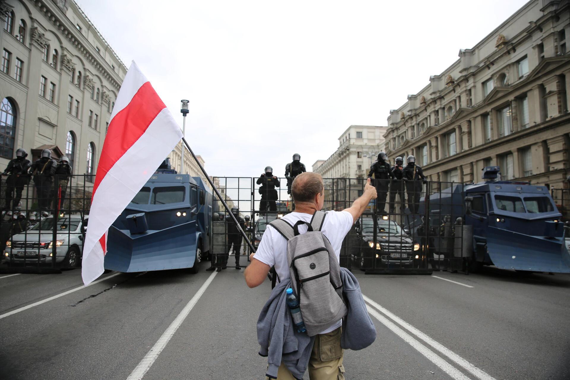 Um manifestante gesticula diante das barreiras das forças da ordem em Minsk, durante os protestos de  domingo 6 de Setembro de 2020, na Bielorrússia.