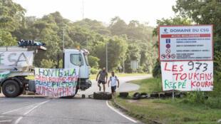 La route d'accès au Centre spatial guyanais, bloquée par les protestataires lundi 3 avril 2017 à Kourou.