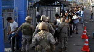 Les soldats contrôlent l'accès à un supermarché près du port de Iquique, le 3 avril 2014.