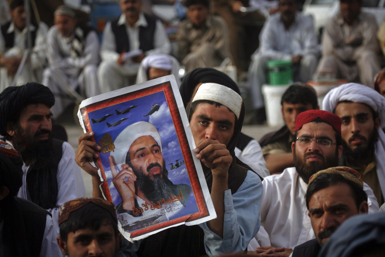 Apoiadores do partido religioso paquistanês Jamiat-e-Ulema-e-Islam carregam cartaz de Osama Bin Laden durante passeata, nesta quarta-feira, em Quetta.