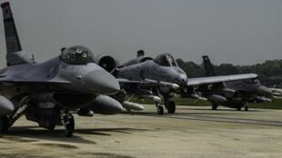 Chiến đấu cơ A-10 Thunderbolt II và F-16 Falcon tại căn cứ Không quân Osan, Hàn Quốc.