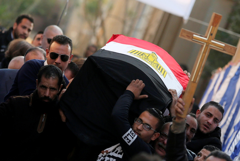 Une famille enterre l'une des victimes de l'attentat à la bombe qui a frappé une église copte du Caire le 11 décembre 2016.