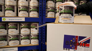James Blake da Emergency Food Storage.co.uk preenche um dos kits 'Brexit Box' da empresa que contém alimentos desidratados, kit de purificação de água e gel de incêndio em seu armazém em Leeds, Inglaterra, em 21 de janeiro de 2019.