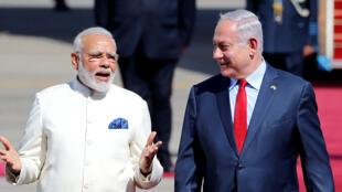 Waziri Mkuu wa Israel Benjamin Netanyahu (kulia) akimkaribisha mwenzake wa India Narendra Modi mjini Tel Aviv, Jumanne, Julai 4, 2017.