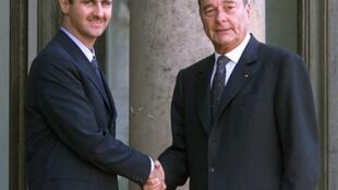 Syrian President Bashar Al-Assad (L) receives the Légion d'honneur from Jacques Chirac in 2001