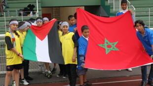 Equipes da Palestina e do Marrocos  exibem suas bandeiras na capital francesa.