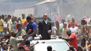 Le leader de l'opposition Cellou Dalein Diallo au milieu des manifestants à Conakry, le 14 avril.