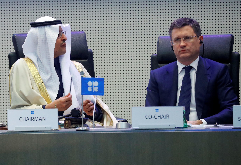 Министр энергетики Саудовской Аравии принц Абдулазиз бен Салман и российский министр энергетики Александр Новак во время встречи представителей стран ОПЕК+ в Вене, 6 декабря 2019.
