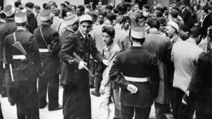 France - Algérie - Guerre d'Algérie - Police - Controle - 000_APP1999122362159