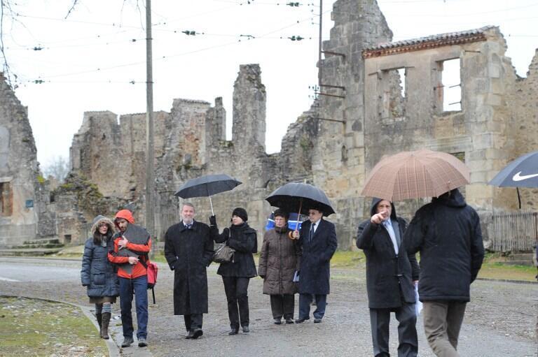 Следователи из Германии в Орадур-сюр-Глан, 6 февраля 2013.