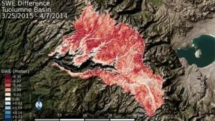 Carta da Nasa mostrando o volume de água perdida na bacia do rio Tuolumne, nas montanhas da Sierra Nevada. Quanto mais vermelho maior a perda.