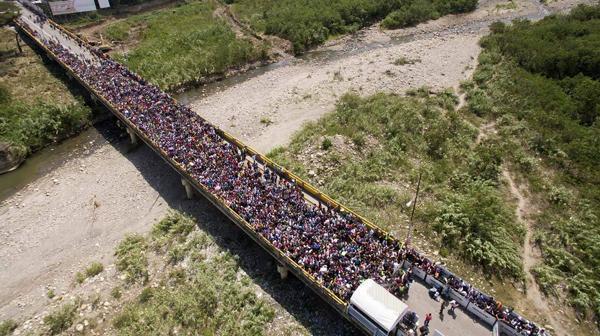 在委内瑞拉通往哥伦比亚的西蒙玻利瓦尔大桥上等待的委内瑞拉人