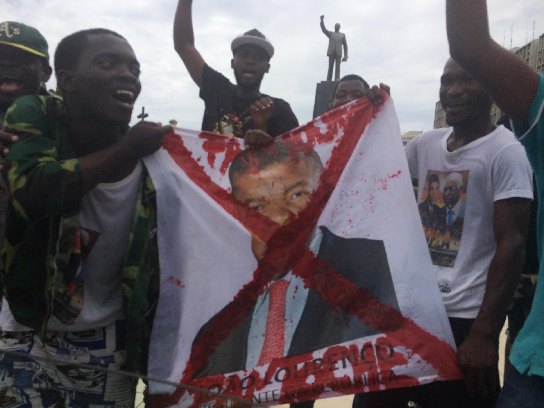 Sous la statue  d'Agostinho Neto, Nito Alves et ses camarades font peur aux autres activistes.