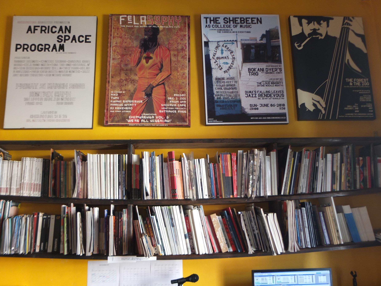 Le siège de la revue culte Chimurenga avec des posters des Unes du journal, dans l'immeuble du Panafrican Market, au Cap.