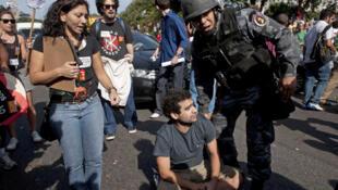 Brasil: numerosos manifestantes se reunieron en las cercanías de La Marina da Gloria en Río de Janeiro para protestar contra los gastos excesivos que representa la organización de la Copa del Mundo 2014.