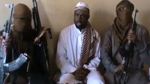 Capture d'écran d'une vidéo publiée sur Youtube le 12 avril 2012. Au centre, Aboubakar Shekau, leader de Boko Haram.
