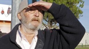 Jean-Claude Mas, fudador da fábrica de próteses de silicone PIP, deixa a prisão Le Pontet na França.