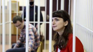 Журналистка TUT.by Катерина Борисевич и врач Артем Сорокин в зале суда находятся в клетке