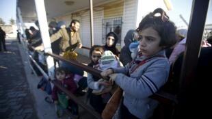 Người dân Syria xếp hàng chờ qua cửa khẩu Thổ Nhĩ Kỳ, ngày 08/02/2016.
