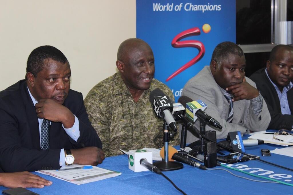 Kutoka kushoto, katibu mkuu wa CECAFA, Nicholas Musonye, wa pili kutoka kushoto, Leodegar Tenga, rais CECAFA na Jamal Malinzi, rais wa TFF