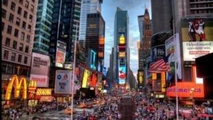 图为疫情前的纽约时报广场景色