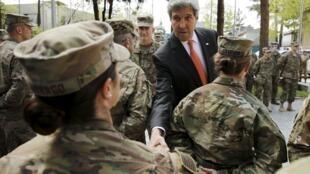 جان کری پیش از سفر به هیروشیما در ملاقات با سربازان آمریکایی در کابل