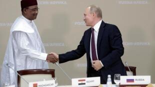 Tổng thống Nga Vladimir Putin (P) tiếp đồng nhiệm Niger Mahamadou Issoufou, nhân thượng đỉnh Nga-châu Phi, Sochi, ngày 23/10/2019