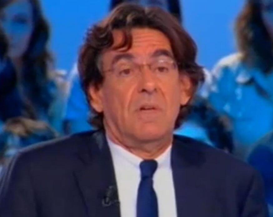 O ex-ministro Luc Ferry, durante o programa de televisão francesa Canal+, nesta segunda-feira(30).