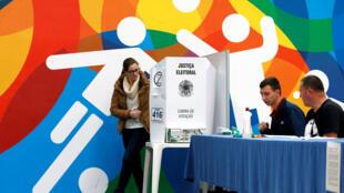 Brasileiros votam em Curitiba em 7 de outubro de 2018.