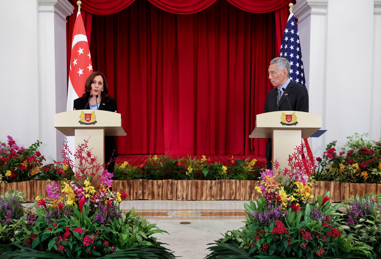 La vicepresidenta de Estados Unidos, Kamala Harris y el primer ministro de Singapur Lee Hsien Loong durante una rueda de prensa el 23 de agosto de 2021