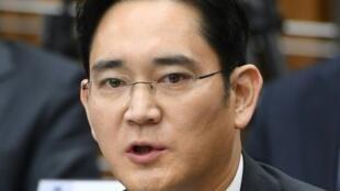 Lee Jae-Yong, herdeiro e vice-presidente da empresa sul-corena Samsung Electronics, condenado por corrupção a dois anos e meio de prisão a 18 de janeiro.